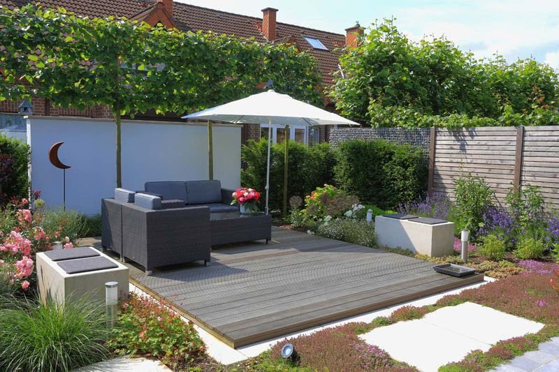 sitzplatz im kleinen reihenhausgarten reihenhaus garten. Black Bedroom Furniture Sets. Home Design Ideas