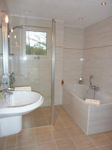 Klassieke travertin look-a-like badkamer tegels in moderne ...