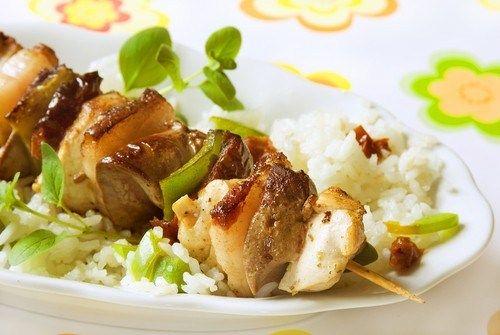 Куриные шашлыки с салатом из кускуса и огурцов