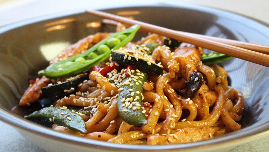 Godaste asiatiska woken med udonnudlar