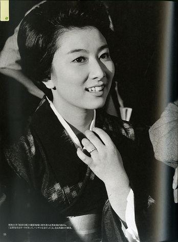 着物姿で談笑する若い頃の山本富士子