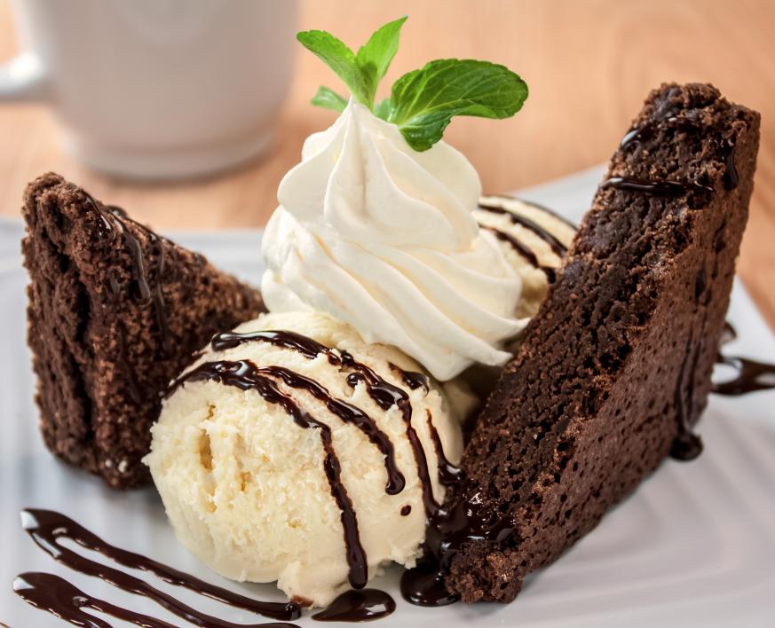 Brownie Con Helado De Vainilla Fotos Para Nuevo Menu De Guacamole Grill Aeropuerto De Cancun Brownie Con Helado Postres Gourmet Comidas Dulces