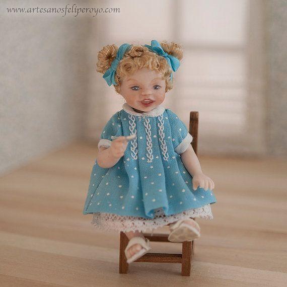 Porcelaine avec robe bleue, fille échelle 01:12 pour maison de poupées. OOAK
