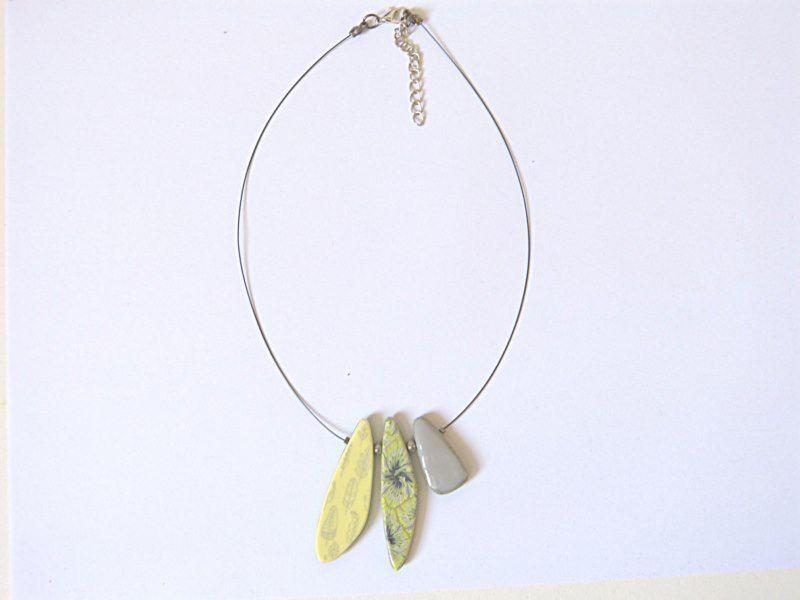 [Collier ras du cou gris,vert et jaune]  Ce collier est composé de 3 pendants que j'ai fabriqué en pâte fimo, polymère vert,gris et jaune.Accompagné de 2 perles de rocaille grises.    Je l'ai monté sur un fil câblé noir.  Le tout se termine par un fermoir et une chaîne de réglage, afin d'ajuster le collier à la taille souhaitée.    Dimensions :     -Pendentif du milieu 5cm de haut    -Longueur du cordon réglable de 38cm à 45cm    Prix: 18.00 €  http://www.blcreafimo.fr
