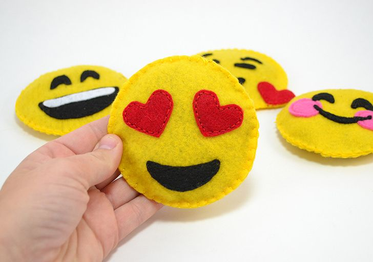 These Felt Emoji Cat Toys Are The Cutest And So Simple To Make Felt Diy Diy Cat Toys Sewing Projects