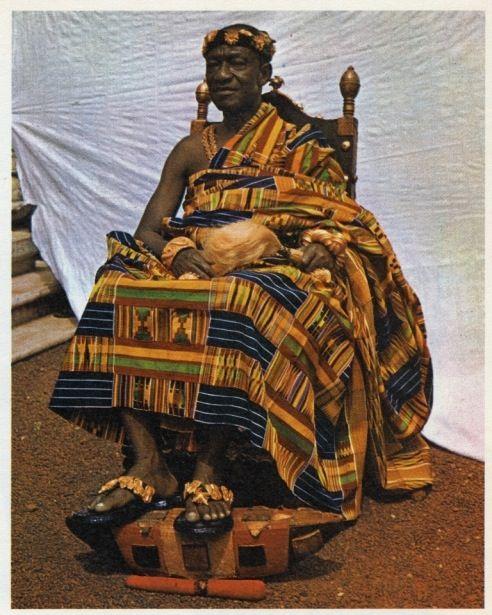 Parures en Or et Tenues Traditionnelles Akan portées par Feu le Roi Nannan Osei Agyeman Prempeh II