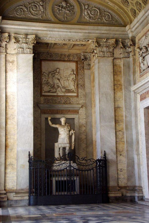 Basilique Saint-Jean-de-Latran. Dans le portique, statue de Constantin, fondateur de l'église.