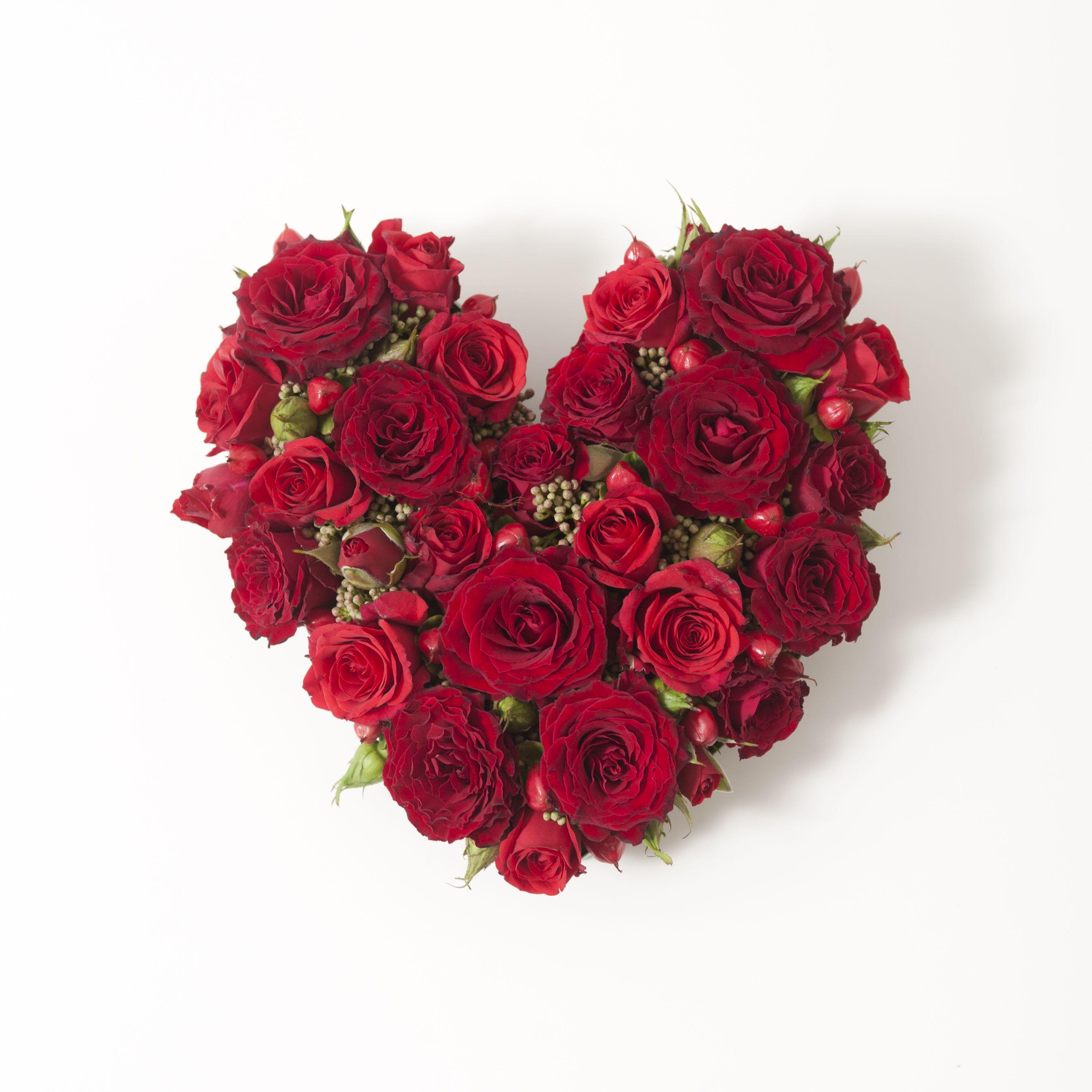assemblage de roses rouges en forme de coeur id al pour la saint valentin composition cupidon. Black Bedroom Furniture Sets. Home Design Ideas
