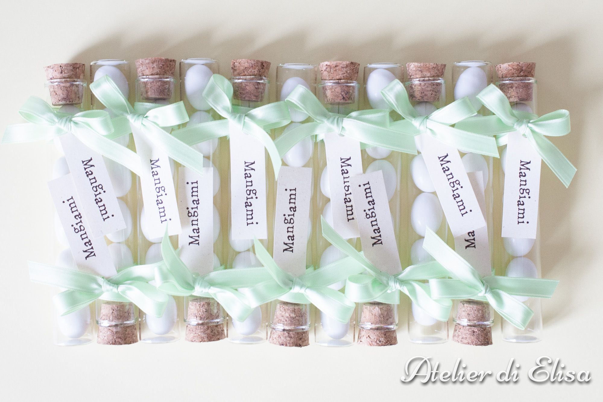 """Matrimonio Roberto & Samantha, 12 luglio 2014: tema del matrimonio ... """"Alice in Wonderland""""!!!! FANTASTICOOOOOOOO!!!! Fialette di vetro con confetti Maxtris Classici, nastrino verde pastello abbinato all'abito della sposa e simpatici bigliettini ... """"MANGIAMI""""!!!! Photo: Federico Zugna - Fotografie http://www.federicozugna.com/FEDERICOZUGNA_-_Fotografo_a_Trieste.html Copyright Federico Zugna"""