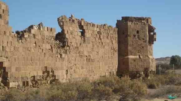 دليل لايفوتك قلعة الأزلم يقع هذا الموقع الأثري على مسافة تصل إلى 45 كم من مدينة ضبا وذلك من ناحية الجنوب يتكون م Landmarks Natural Landmarks Mount Rushmore