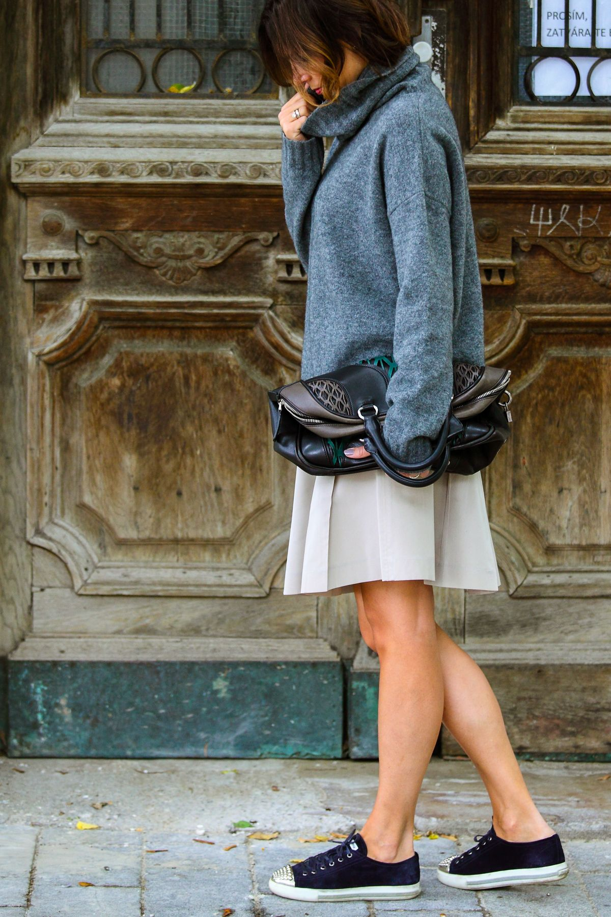 Theory oversized sweater I Miu Miu bag, skirt and sneakers I #streetwear I #point41
