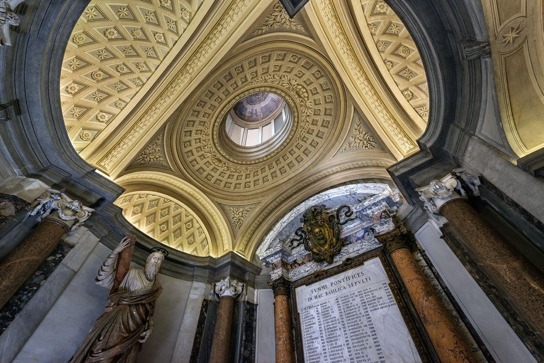 Tumbas papales en la antigua basílica de San Pedro (Roma)