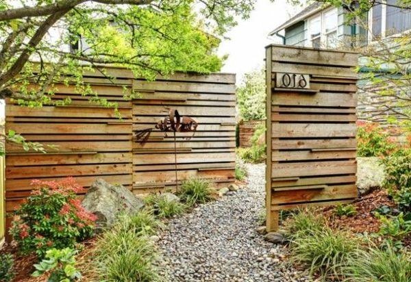 Zaun aus Holz Sichtschuz im Garten | Holz im Garten *** Gartenhütten ...