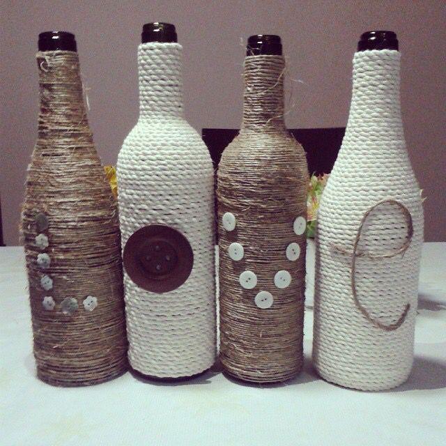 Reciclaje de botellas de vino cord n y mecate corchos - Botellas de vino decoradas ...