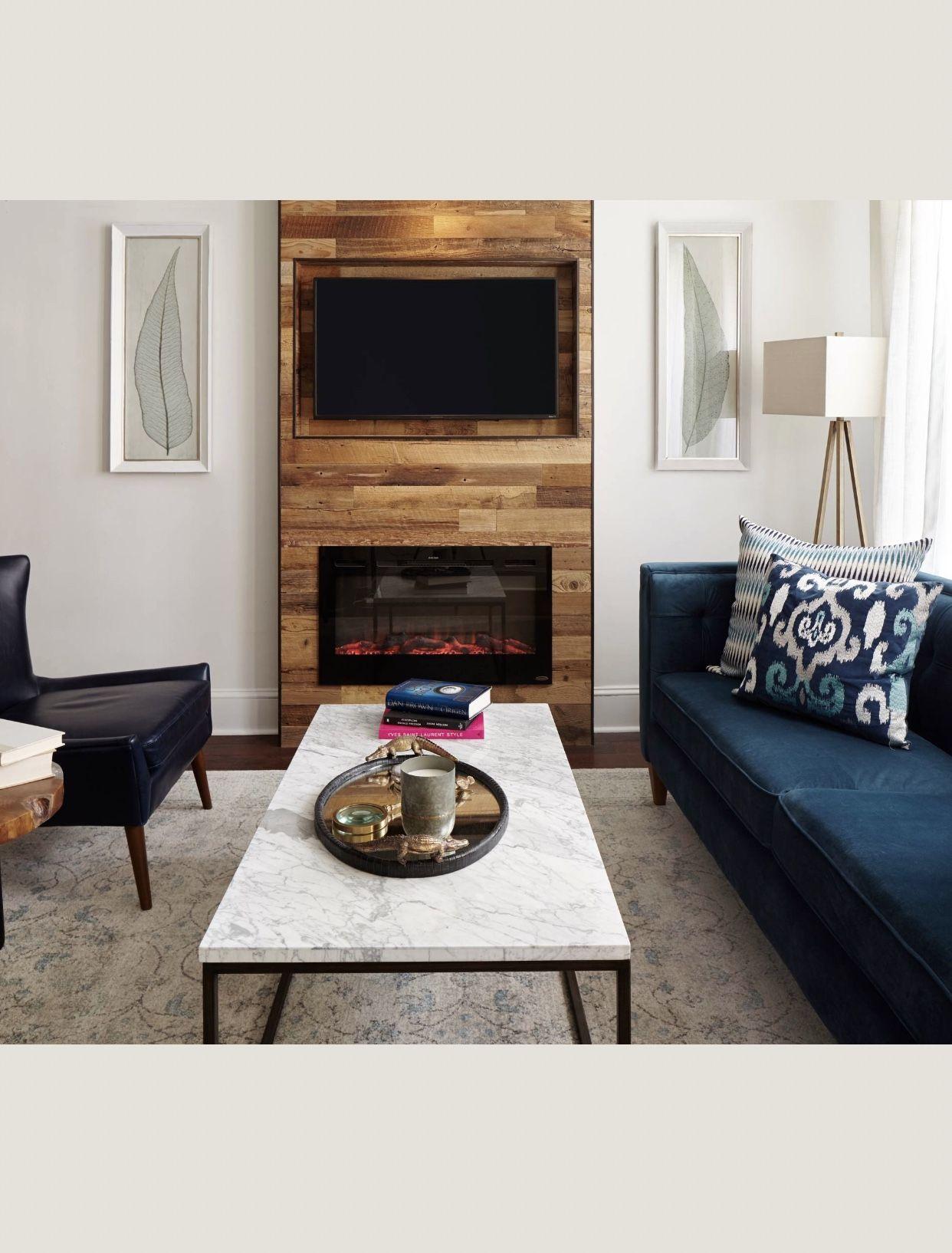 Salon chic et moderne avec cheminée murale et télé encastrée - deco ...