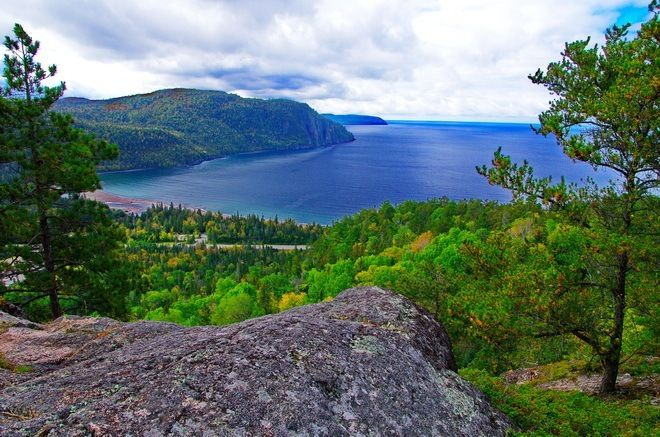 THE TOP 10 HIKES in ONTARIO - Looking out over Old Woman Bay and Lake Superior from the Nokomis Trail