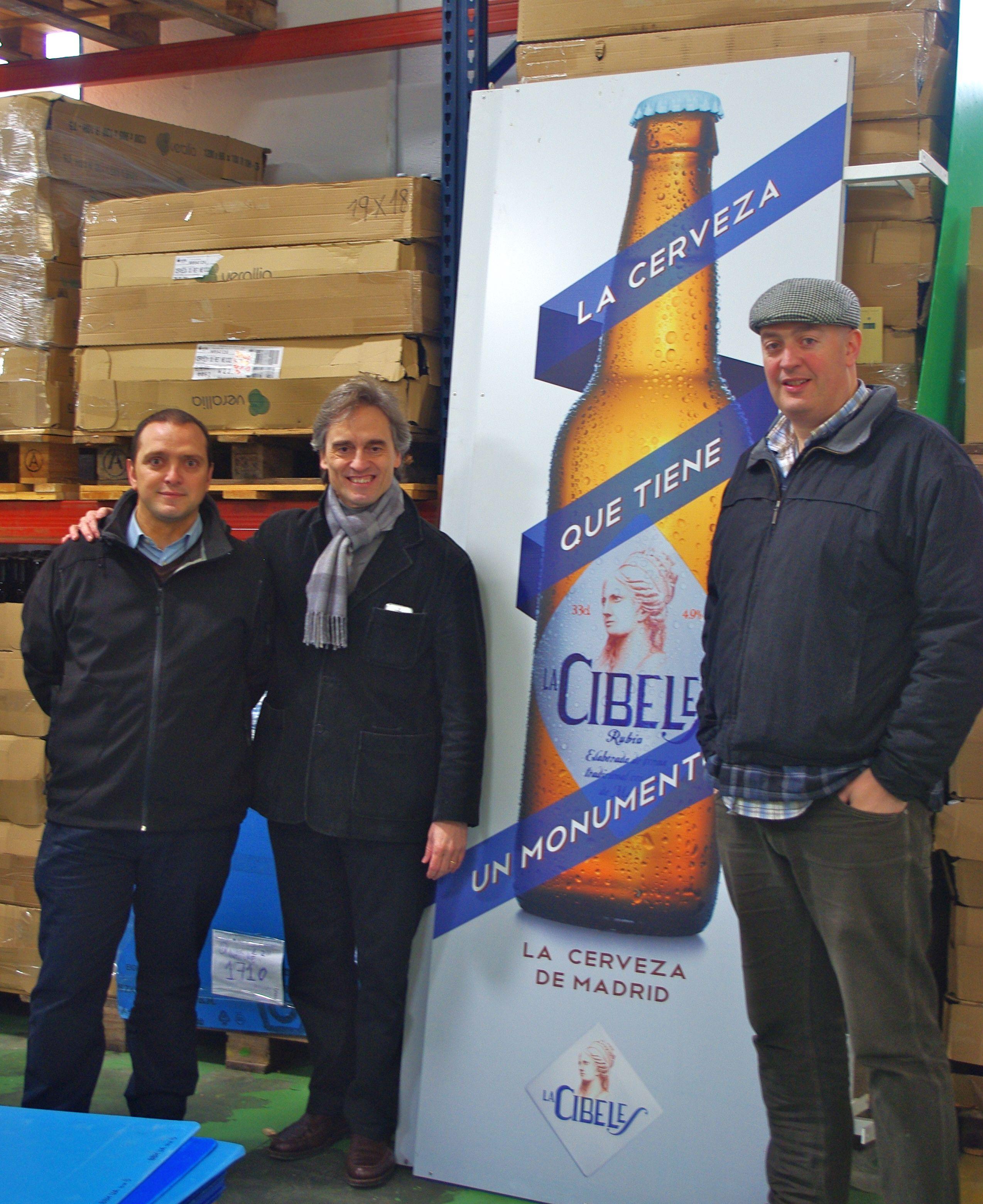 Aquí estoy (el de la bufanda) con David el maestro cervecero de La Cibeles y con Miguel, su jefe de ventas. Buena gente y sobre todo saben lo que hacen y lo hacen muy bien. Igual o mejor que los cerveceros del Reino Unido o los de Centroeuropa