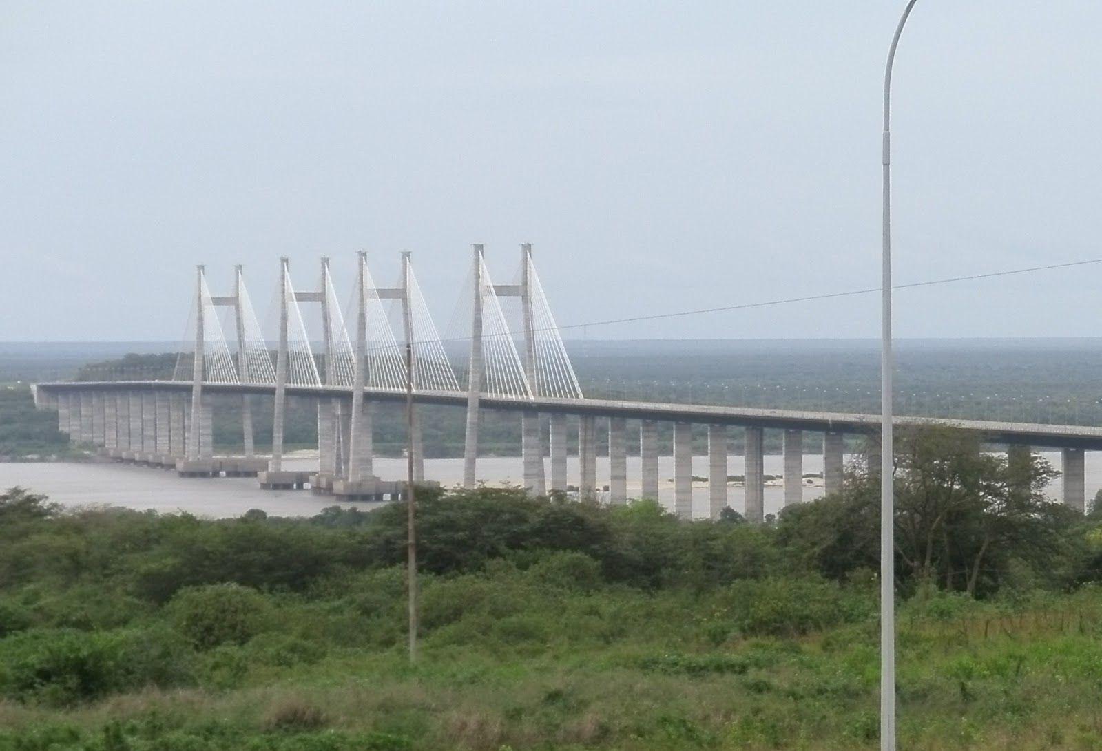 Puente Orinokia (Venezuela).  inaugurado en el año 2006, fue construida cerca de Ciudad Guayana, es un puente atirantado de hormigón y acero. convirtiéndose en la segunda estructura en ser levantada sobre el río Orinoco después del puente de Angostura.   LocalidadCiudad Guayana  Longitud3,156 Km  Ancho24,7 m