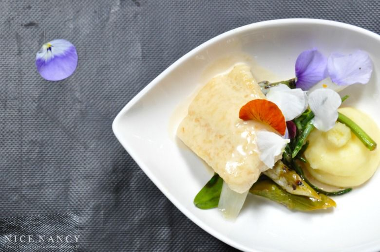 White Fish Asparagus And Edible Flowers More Recipes On Www Nicenancy Nl Voedsel Ideeen Eetbare Bloemen Vis