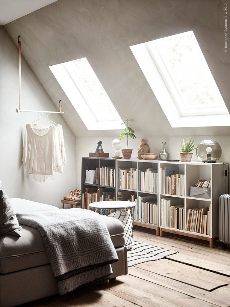 För att kunna leva på liten yta behöver man flera fiffiga förvaringslösningar Ett rum med