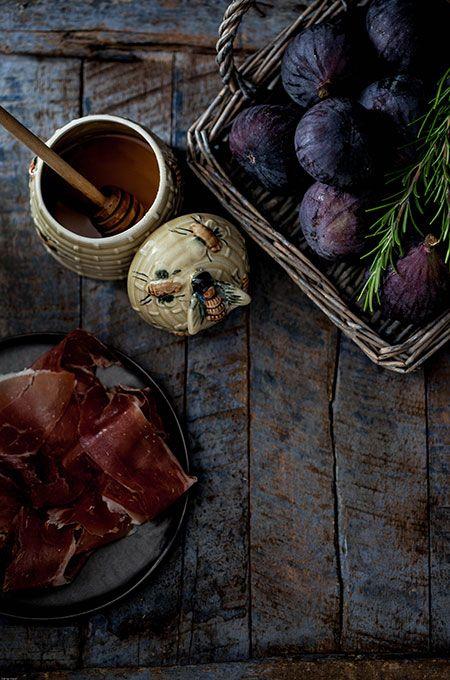 Higos con miel y romero envueltos de jamón, een recept voor vijgen gewikkeld in Serrano ham met honing, rozemarijn en hazelnoten uit de oven.