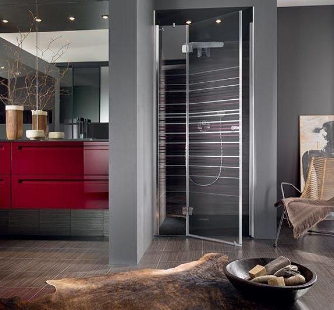 Salle de bain luxueuse dans des tons sombres, rouge, gris, noir