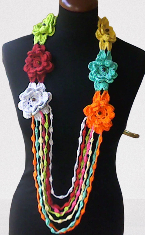 Gehäkelte Halskette mit bunten Blumen Accessoare Mode Schal einzigartiges Geschenk Handarbeit