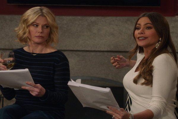 Watch Modern Family Season 08 Episode 15 Hulu Modern Family Modern Hulu