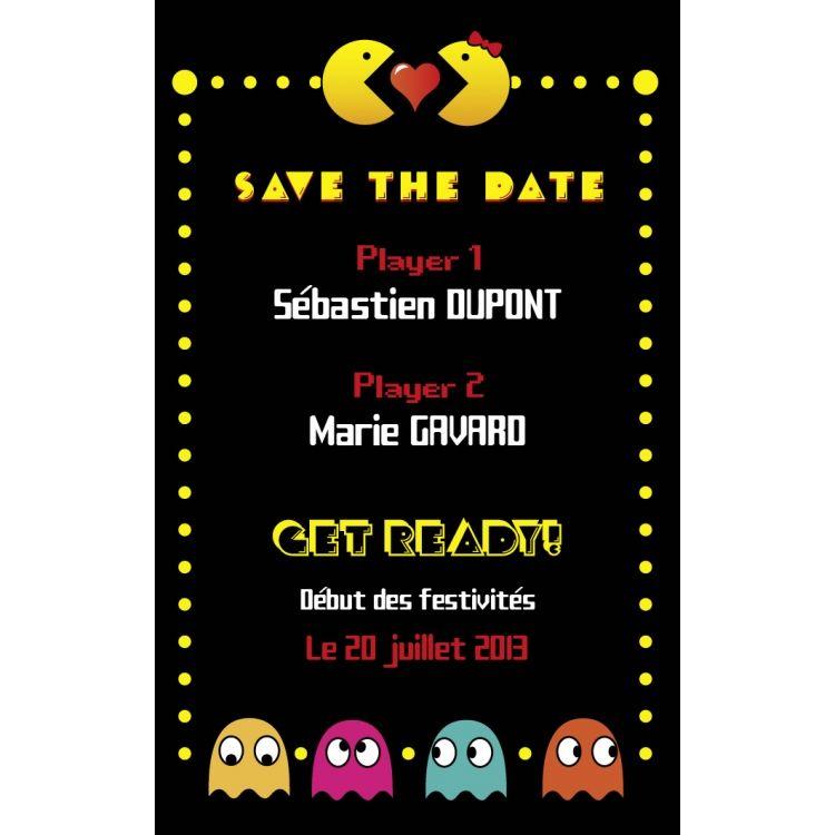 """Petite carte rectangle haut. Fond noir, décor sur le thème jeux vidéo. Présentée comme le début d'une partie, la carte indique les deux """"players"""" et sert de date à retenir pour le """"start"""" final qui conduira les amoureux Pacman à la fin de la partie : leur mariage !"""
