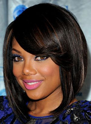 Coupe Carre Plongeant Brune Avec Frange En Biais Coupe Carre Plongeant Coupe Carre Medium Hair Styles Black Hairstyles For Round Faces Wig Hairstyles