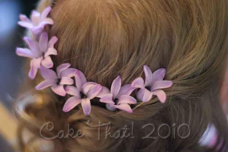 would be so cute for the flower girl's hair