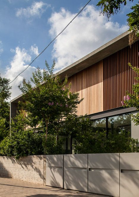 Pitsou Kedem uses board-marked concrete, glass and steel for - persianas para exterior