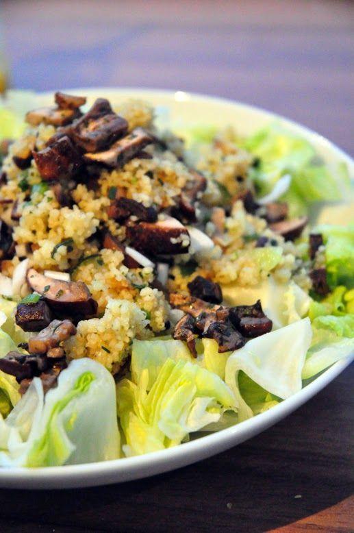 [ Blattsalat mit Pilz-Zucchini-Couscous an Orangen-Senf-Dressing ]