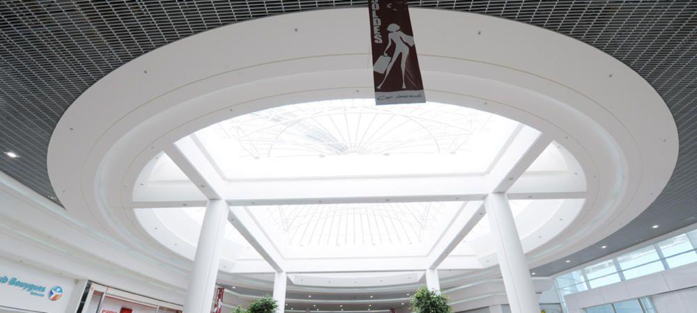 Les Galeries Marchandes Du Centre Commercial Cap Emeraude Et Plus Particulierement L Amenagement De La Zone Caisses Galerie Marchande Isolation Phonique Centre