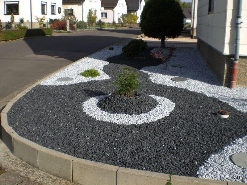 Parterre avec cailloux gravier concass de marbre noir for Decoration jardin avec des cailloux