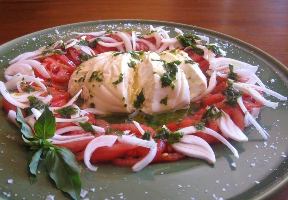 Ensaladas de burrata con tomate raf, cebolla al aceite de albahaca fresca. #Restaurantemadrid #Restauranteasturiano #Comerbien #Comerbienmadrid #Restaurantebarriosalamanca #Restaurantezonaretiro