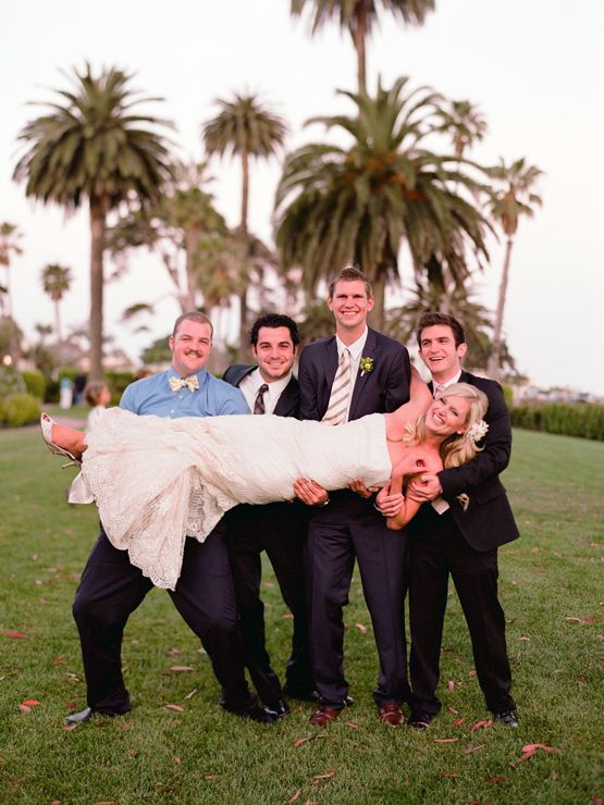 bride and groomsmen pose www kissthegroom com photography