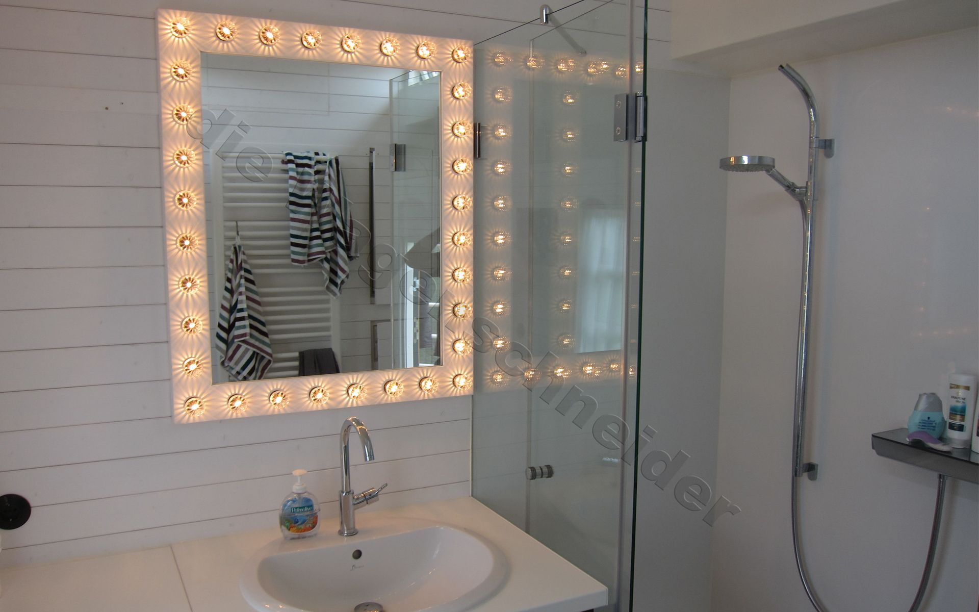Zwei Zimmer Kuche Bad In 2020 Bad Wohncontainer Licht