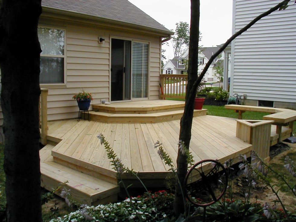 Low deck without railing and corner bench by archadeck for Garden decking banister