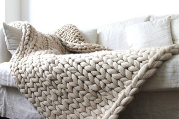 4e66117f4dfb Plaid grosses mailles en laine 100% mérinos tricotée main. Tricot extrême.  Couverture cosy.