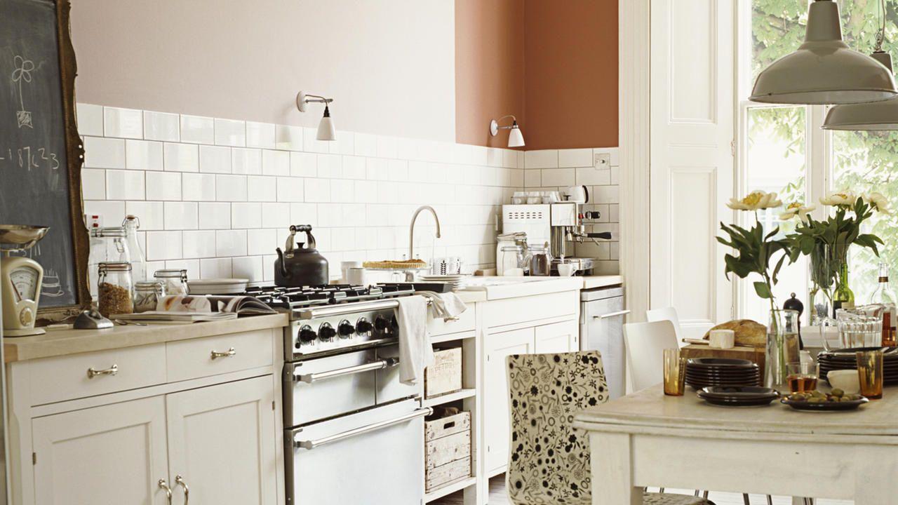 Kies voor zacht wit in een keuken met landelijke inrichting