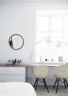 Bureau Avec Commodes Ikea Malm Et Plan De Travail En Bois Qui Donnent Un Bon Espace De Travail Emplacement Devant Fenetre Bedroom Workspace Interior Home
