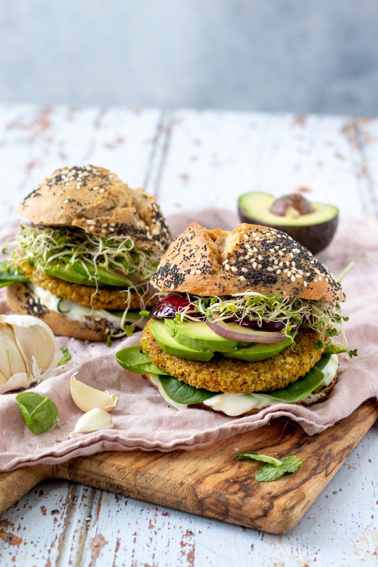 Vegan falafel burgers met tzatziki