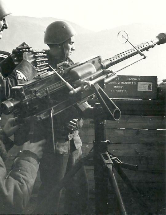 Postazione difensiva presso la spezia aeronautica italiana italian breda safat machine gun ground use sciox Images
