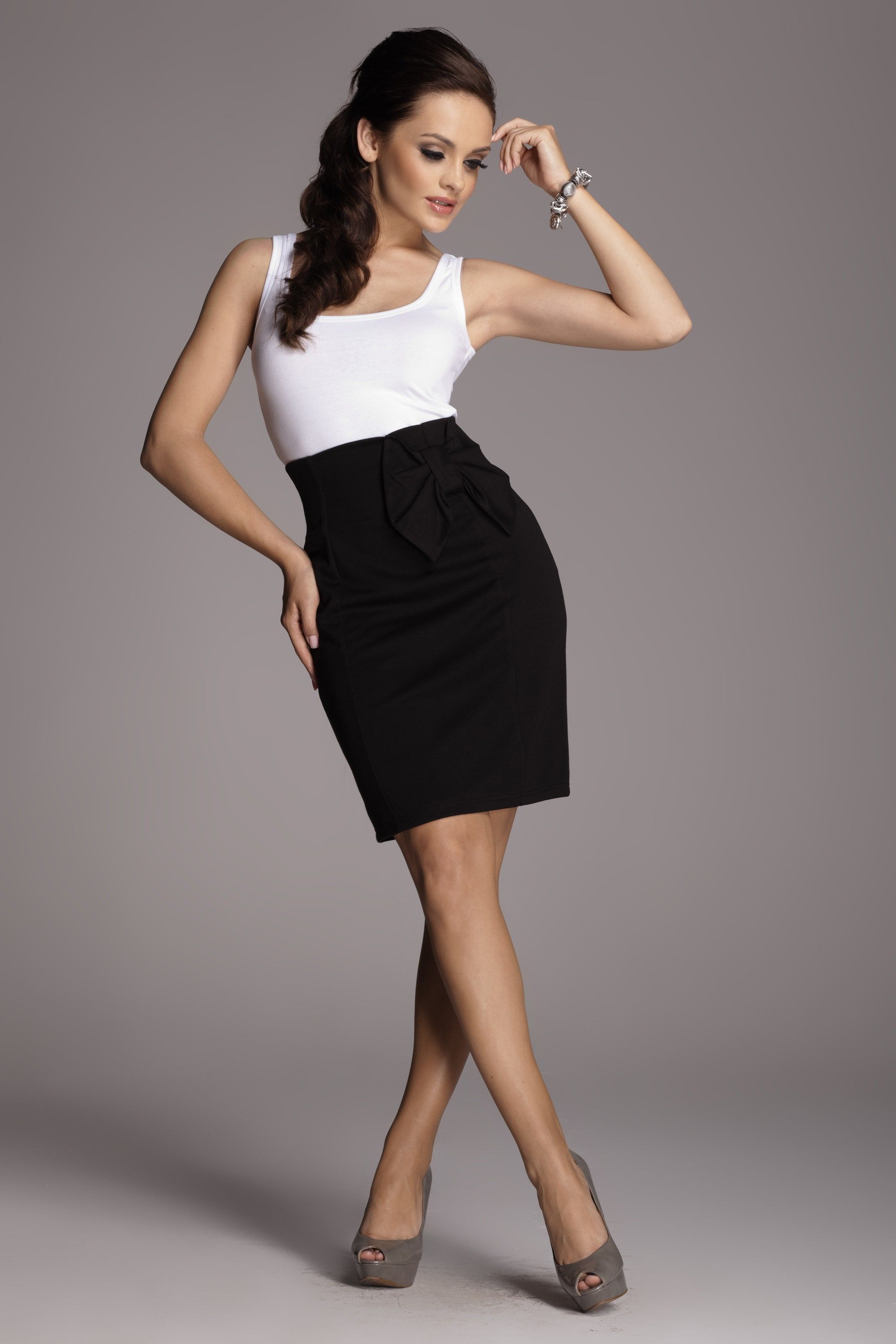 058ae8ecdf926 Jupe taille haute avec noeud sur la hanche. High waisted skirt with bow on  the hip.