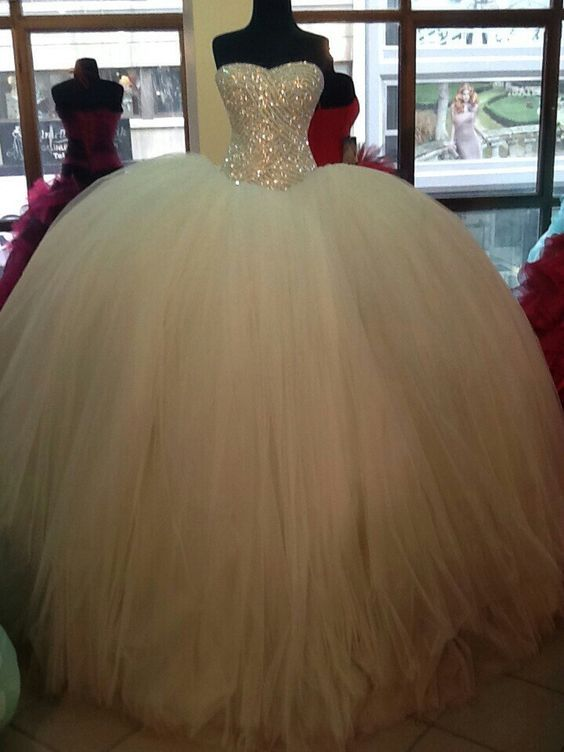 this ball gown is beautiful | Kleider hochzeit, Ballkleid ...