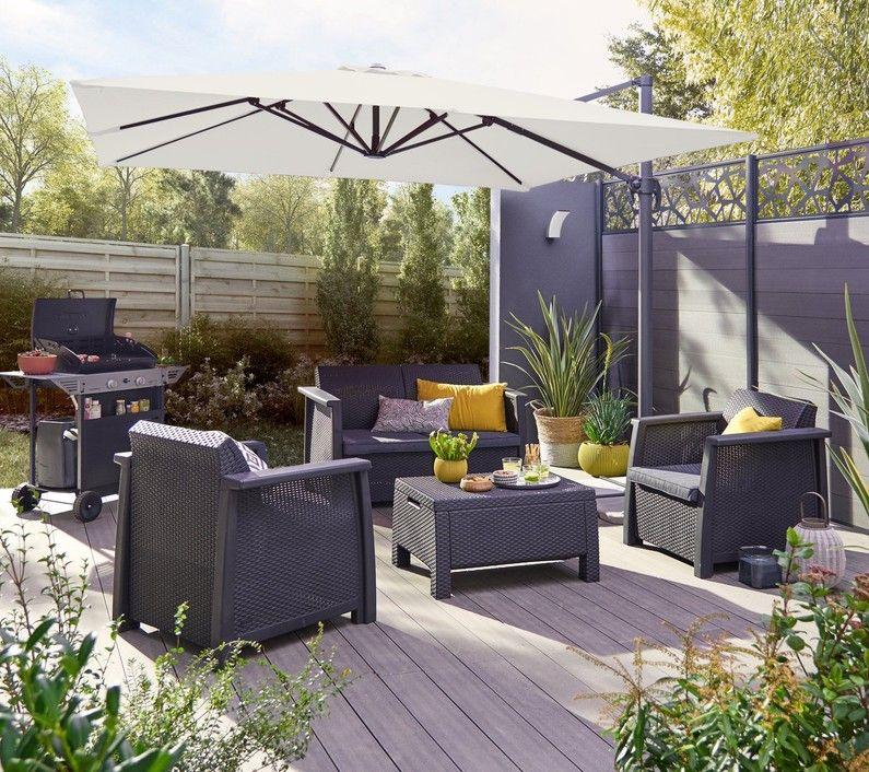 Une Terrasse Composite Un Parasol Et Un Salon De Jardin Bas Pour Profiter Du Soleil Salon De Jardin Salon De Jardin Resine Decoration Exterieur
