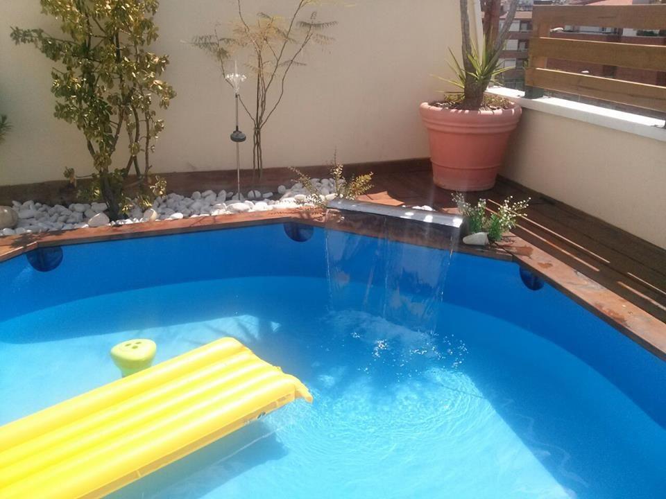 Tarima de madera en una piscina de pl stico piscinas y for Piscinas pequenas portatiles