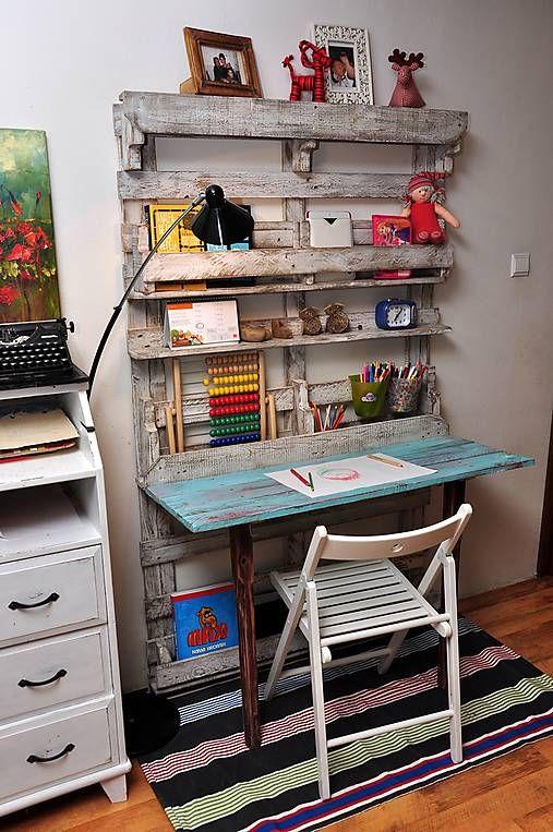 pisaci stol so sklopnou pracovnou doskou z paletoveho dreva.
