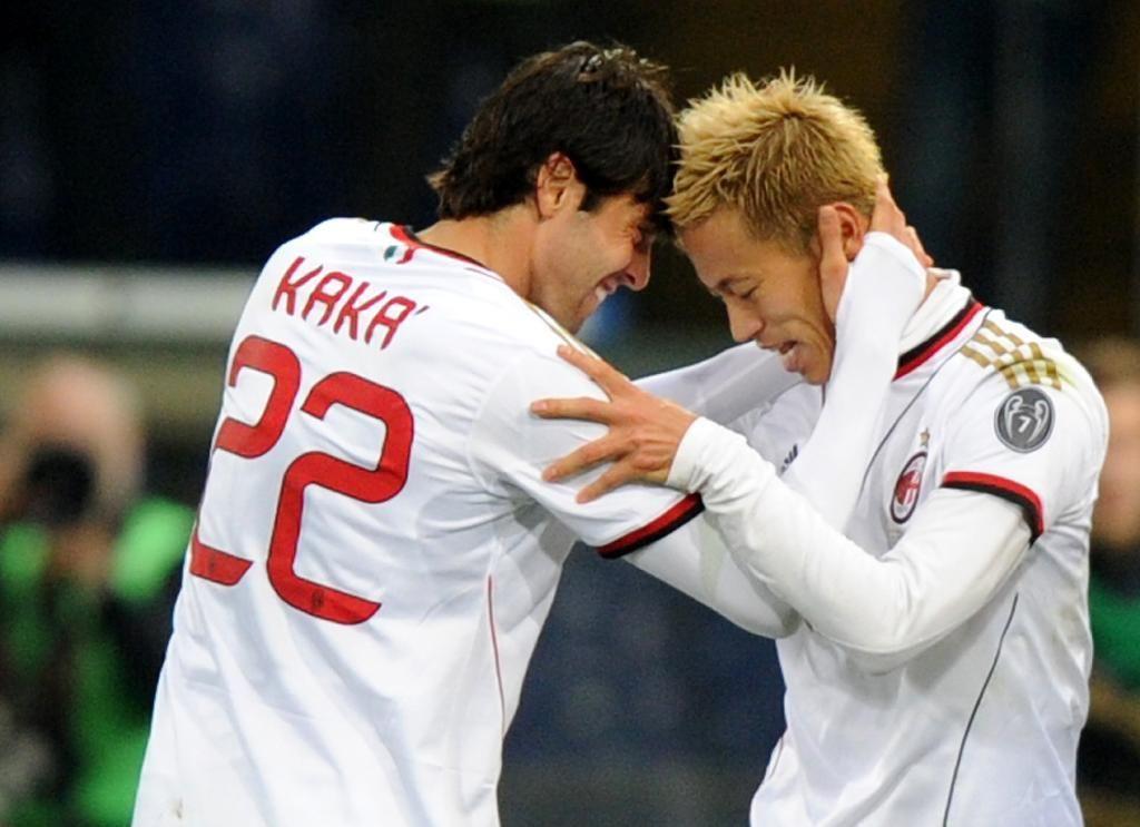 初ゴールをカカ(左)と喜び合う本田(AP)